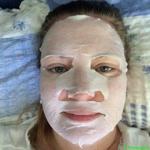 Garnier Hydra Bomb Tuchmaske auf Gesicht Probenqueen
