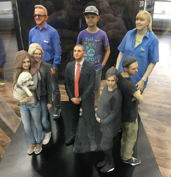 3D Generation 3D Figuren in Vitrine Probenqueen